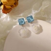 甜美白色山茶花藍色水波紋耳環  ♥  春天透明花朵小清新耳針耳環 X RUNWAY FASHION ICON
