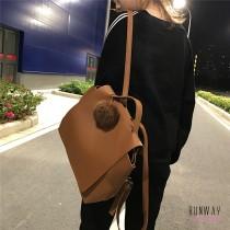 【免運】文青簡約素面大容量雙肩包休閒學生書包後背包PU皮質感中性包2色(送毛球) X RUNWAY FASHION ICON